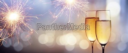 jubel mit champagner fuer das neue