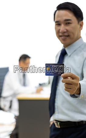 patient mit kreditkarte fuer versicherungskonzept