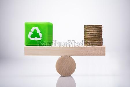 kubikblock mit recyclingsymbol und muenzausgleich am