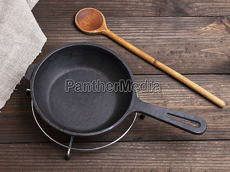 empty black round cast iron pan