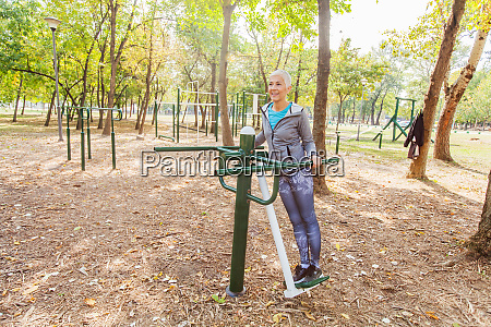 fitness senior woman UEbung im outdoor