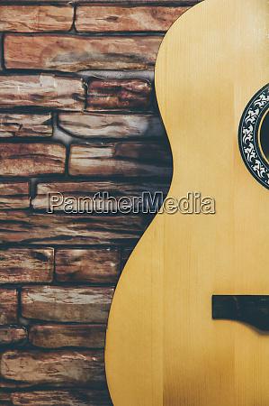 akustische gitarre auf einem backstein hintergrund