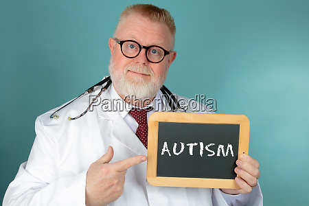 arzt mit kreidebrett mit schriftzug autismus