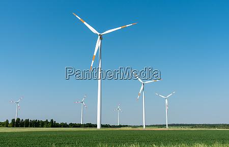 windkraft generatoren vor klarem blauen himmel