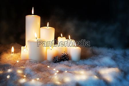kerzenlicht in einer kalten winternacht