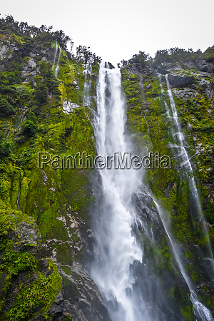 wasserfall in milford sound lake new