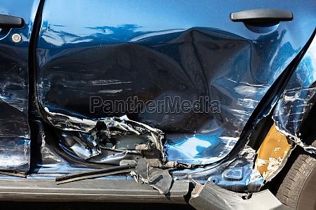 nahaufnahme von beschaedigtem auto