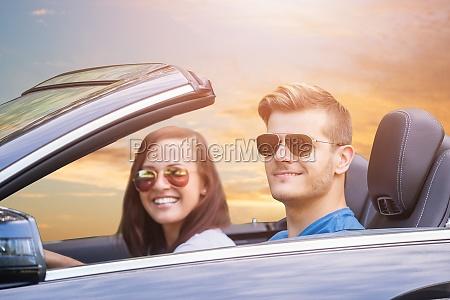 auto im freien auto paar frau