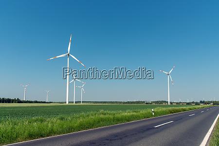 windkraftanlagen und eine landstrasse in deutschland