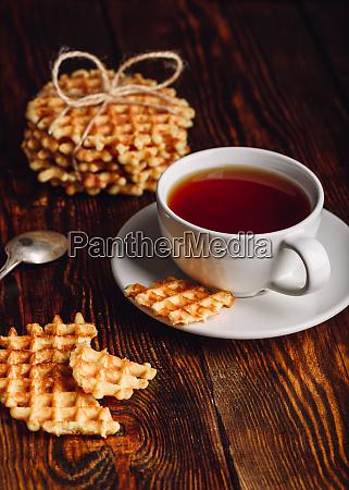 tasse tee und belgische waffeln zum