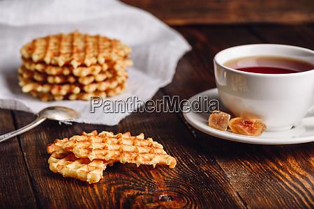 tasse tee mit belgischen waffeln