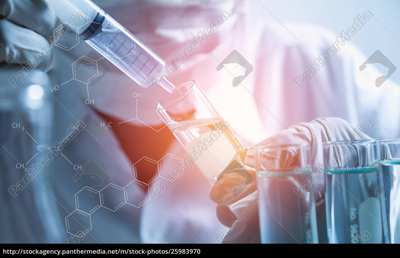 forscher, mit, chemischen, reagenzgläsern, im, glaslabor - 25983970