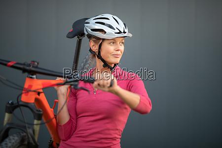 huebsche junge frau mit dem mountainbike