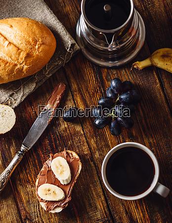 fruehstueck mit fruit sandwich und kaffee