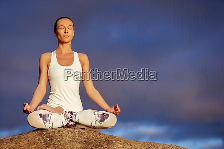 yoga frau meditiert im freien