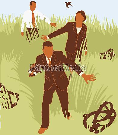 geschaeftsleute meiden fallen im gras