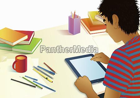 teenager junge mit digitalen tablet fuer