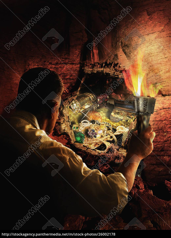 mann, mit, fackel, entdeckt, verschütteten, schatz - 26002178