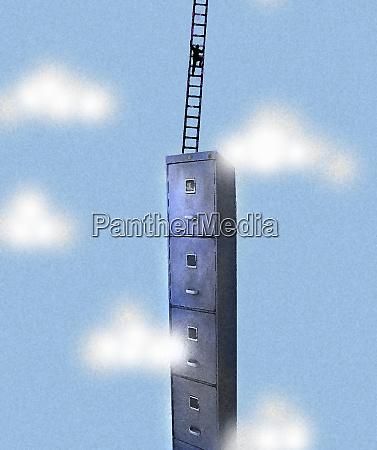 geschaeftsmann kletterleiter auf hohen aktenschrank