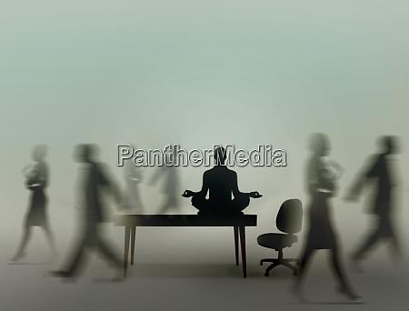 ruhiger geschaeftsmann praktiziert yoga meditation im
