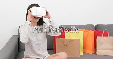 frau nutzt virtual reality geraet zum