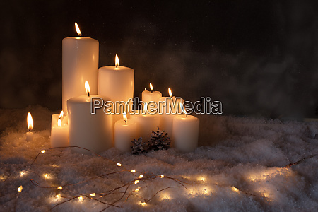 weihnachtsbeleuchtung in der kalten winternacht