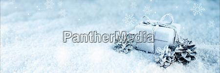 UEberraschungsgeschenk in blauem frostschnee