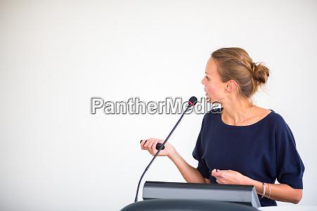 huebsche junge geschaeftsfrau die einen vortrag