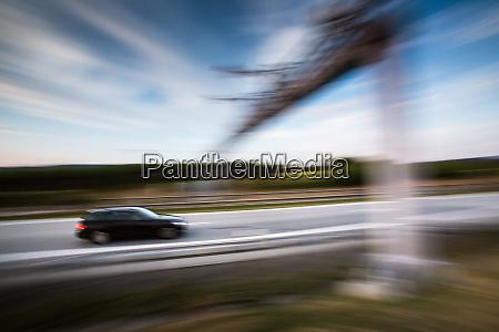 autos fahren schnell auf einer autobahn