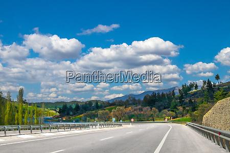 autobahn unter blauem himmel