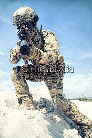 mann spielt in airsoft mit armeegewehr