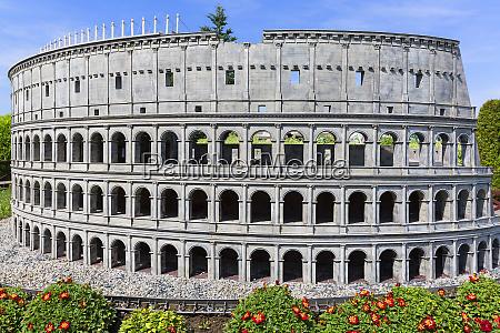 nachbau des kolosseums rom italien miniaturpark