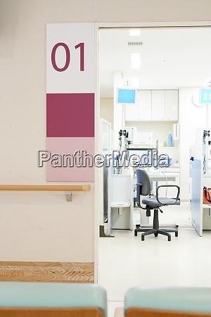 klinikberatung zimmertuer mit wand