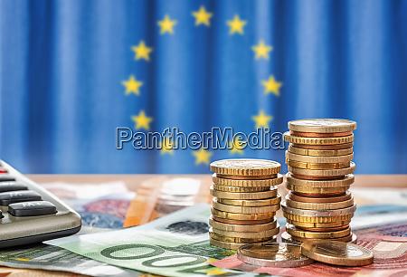 banknoten und muenzen vor der flagge