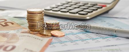 euro rechnungen und muenzen auf dokumenten