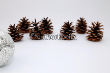 weihnachtsdekoration mit tannenzapfen