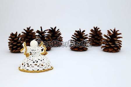 weihnachtsdekoration mit kiefernkegeln