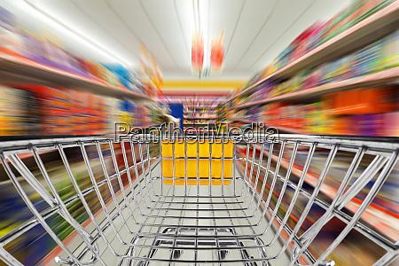 ladendienkorb im supermarkt