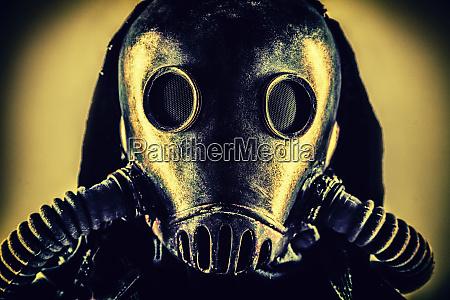 portraet postapokalyptischer UEberlebender in gasmaske