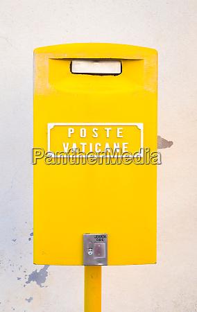gelber briefkasten im vatikan