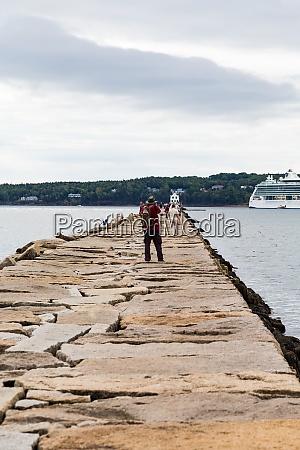 touristen laufen auf rockland seawall