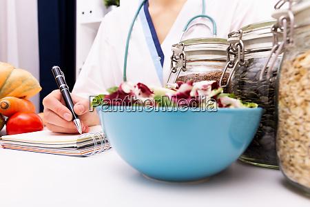 pflanzliche ernaehrung ernaehrung und medikamente konzept