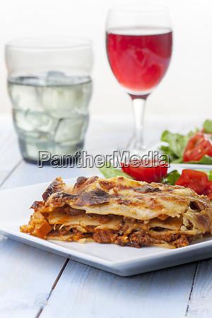 frische italienische lasagne auf einem teller