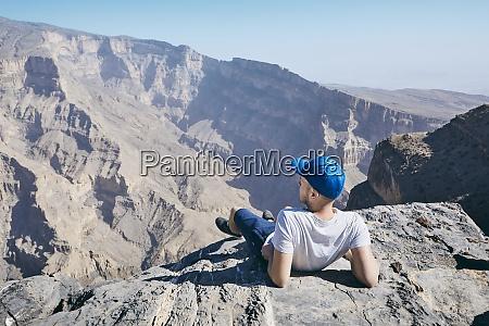 touristen ruhen am rand der klippe