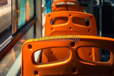 leere sitze auf einem chinesischen bus