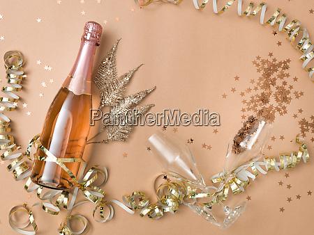 neujahrshintergrund mit flasche champagner auf bronze