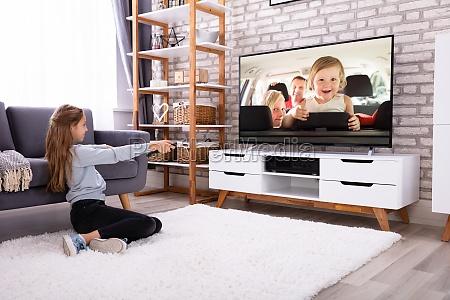 maedchen beobachten fernsehen
