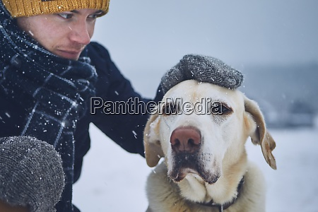 freundschaft zwischen tierbesitzer und hund