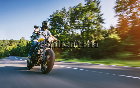 motorrad auf der strasse fahren spass