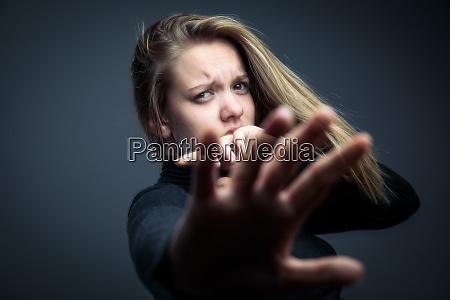 junge frau opfer haeuslicher gewalt